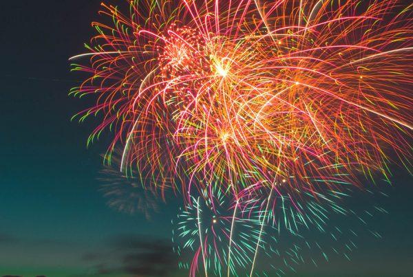 Invenção chinesa, os fogos de artifício explodindo no céu