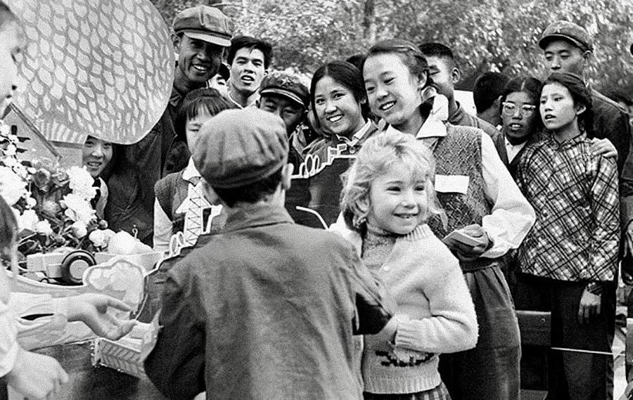 criança brasileira entre chineses