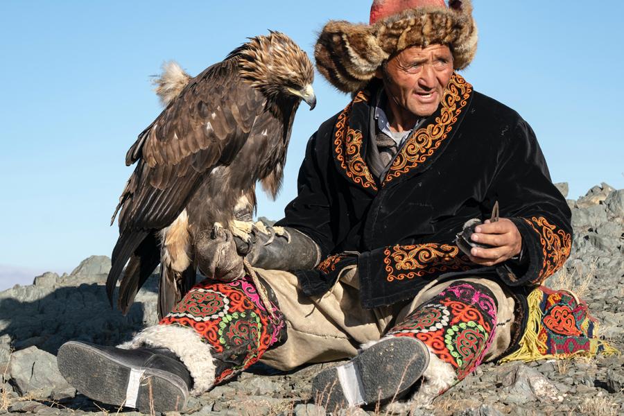 Homem e gavião na Mongólia (A Fronteira)