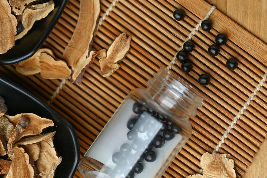 Frasco com comprimidos da medicina tradicional chinesa